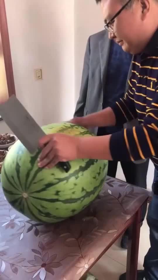 今天下班花75块钱买的超大西瓜,切开让大家看看值不值