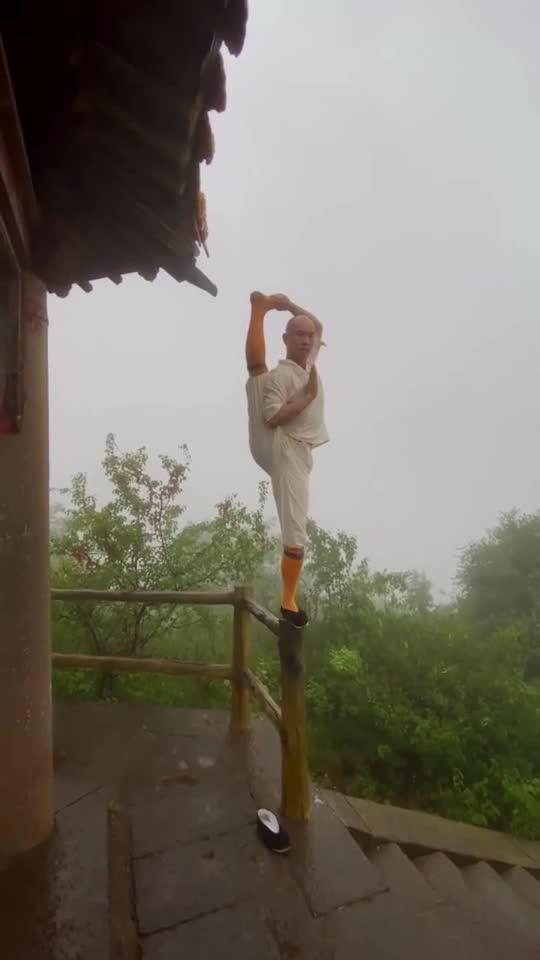 少林寺武僧在如此优美的环境中练习武术,让人感觉十分分惬意!