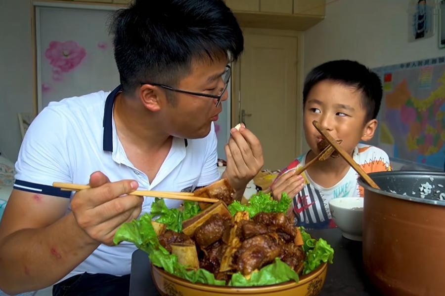 B站美食UP徐大sao人气下滑,诈捐还用儿子恰饭?网友不再买单?