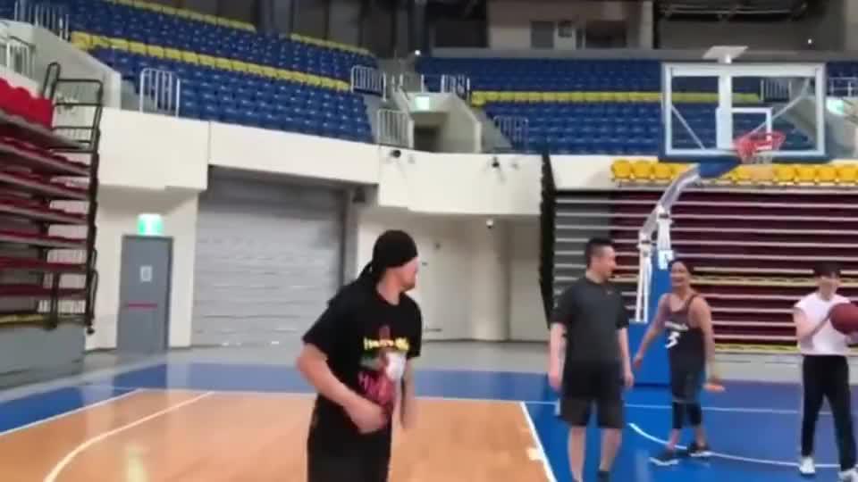 周杰伦和萧敬腾打篮球,周董一手花活看傻对手