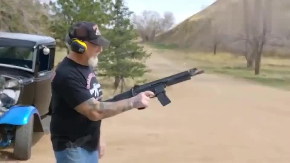 老外靶场试射P90冲锋枪和SCAR突击步枪