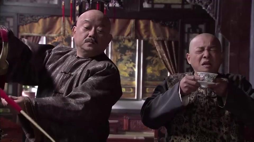和珅用长嘴铜壶练习泡茶,刘全这下可就惨喽,都能浇花了