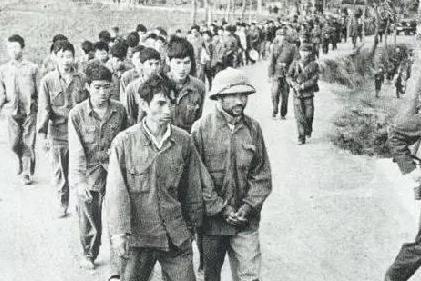对越反击战,张万年撤退遭越南女特工袭击,他一枪击毙为何落泪?