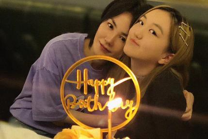 王菲为李嫣庆祝14岁生日,靠女儿肩膀小鸟依人,母女甜笑好温馨