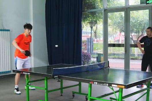 学许昕?刘雨辰打乒乓球上演背后击球,黄雅琼回球后嘟嘴太可爱
