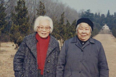 她是红军总教头,善使双枪还千杯不醉,活了103岁,丈夫更厉害