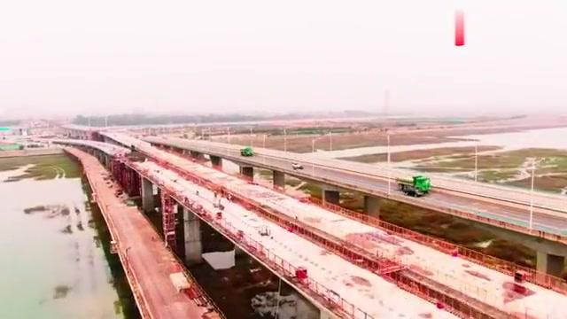 航拍厦门岛外连接翔安新机场的大嶝双向高架桥,地铁与快速路并存