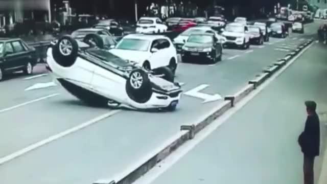 要是没有监控,没人知道四脚朝天的轿车是怎么发生的