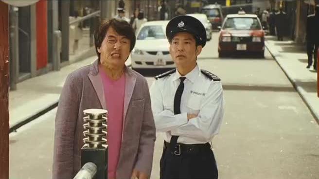 男子脸上泼一桶油漆,警察问你是干什么的,男子我是搞人体艺术的