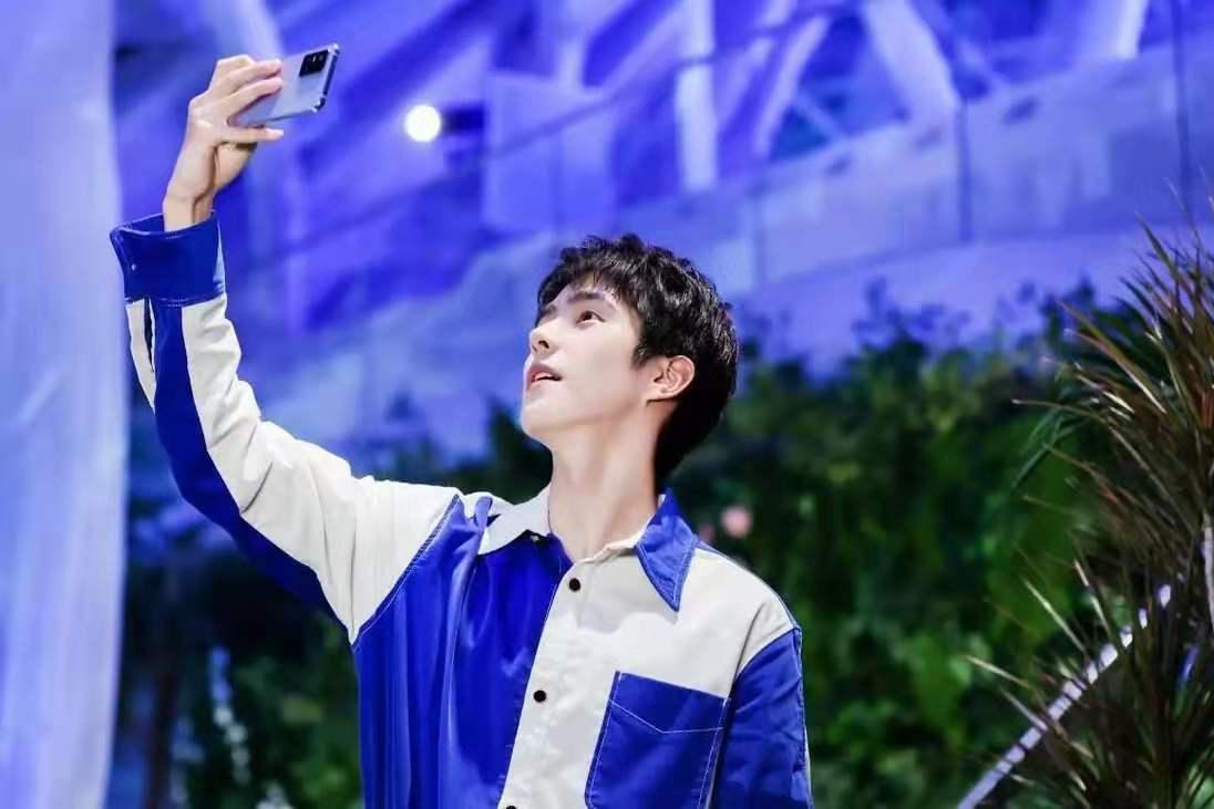 刘昊然出席品牌代言发布会,一身蓝衣清俊自然少年感爆表