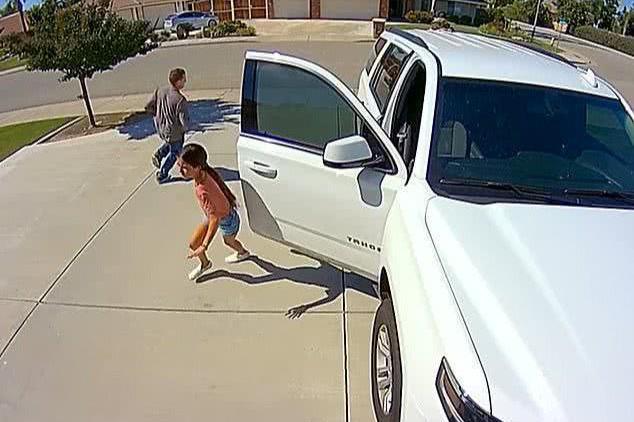 做贼心虚!美国男子鬼鬼祟祟想偷东西,被10岁女孩吓得拔腿就跑