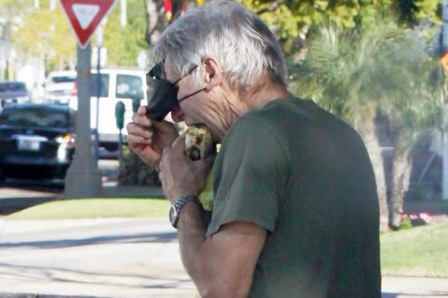 78岁的哈里森福特太牛了!全身都是肌肉线条,边走边吃太接地气!