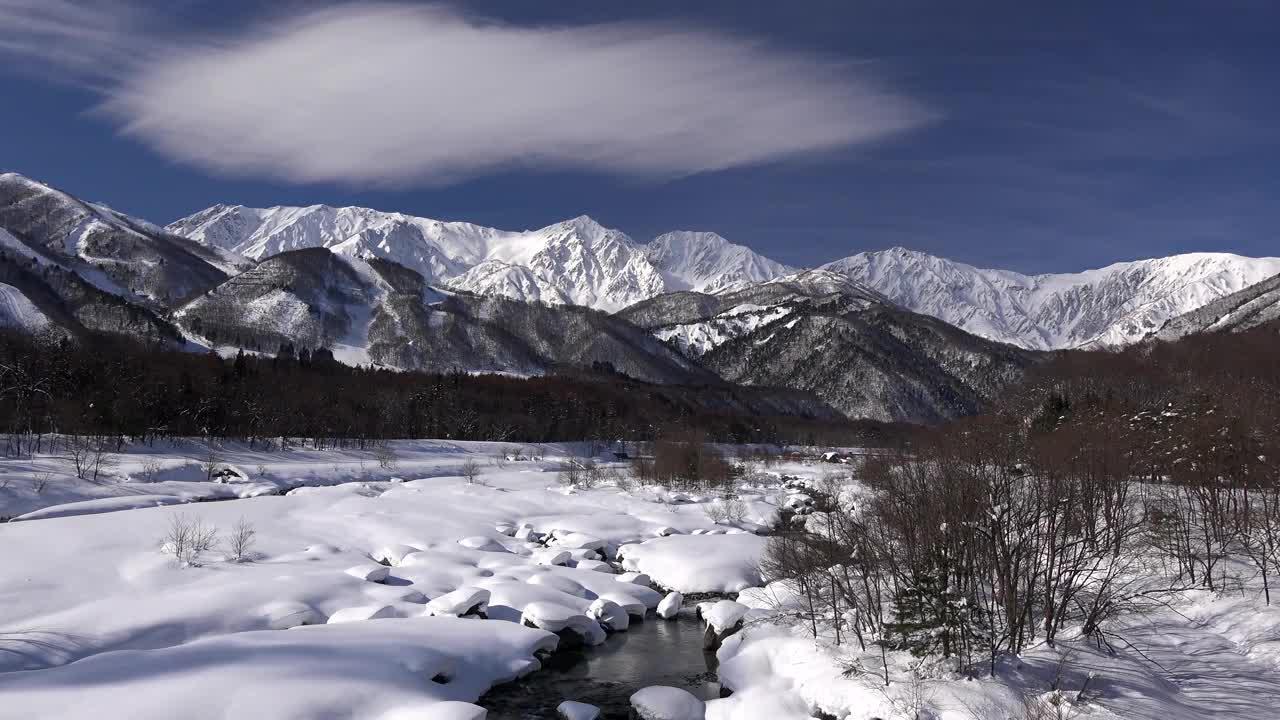4k高清航拍日本雪景,仿佛动漫里的画面,美极了