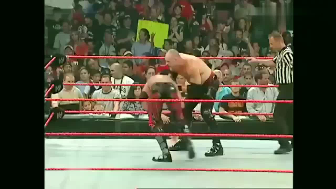 WWE:红魔凯恩暴打美女,猛男出手英雄救美,场面失控警察都来