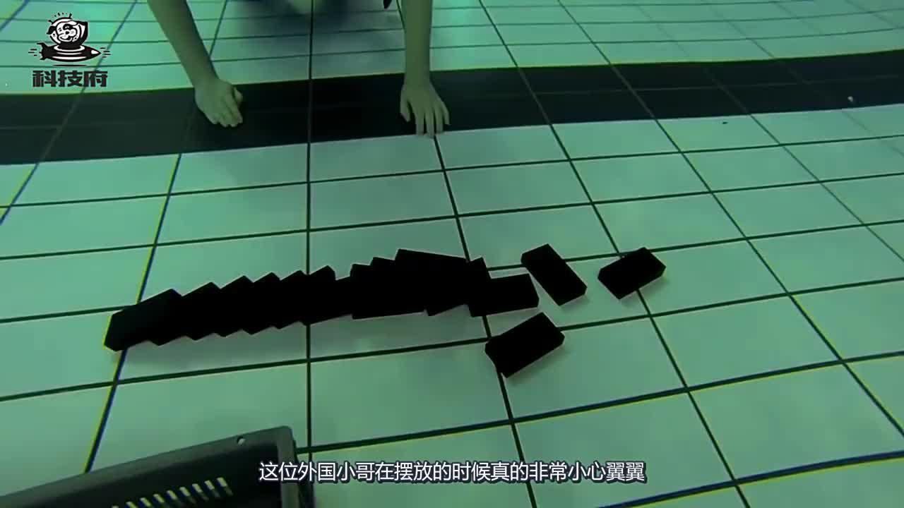 在水下也能玩多米诺骨牌?小伙用手推倒后,不敢相信自己的眼睛!