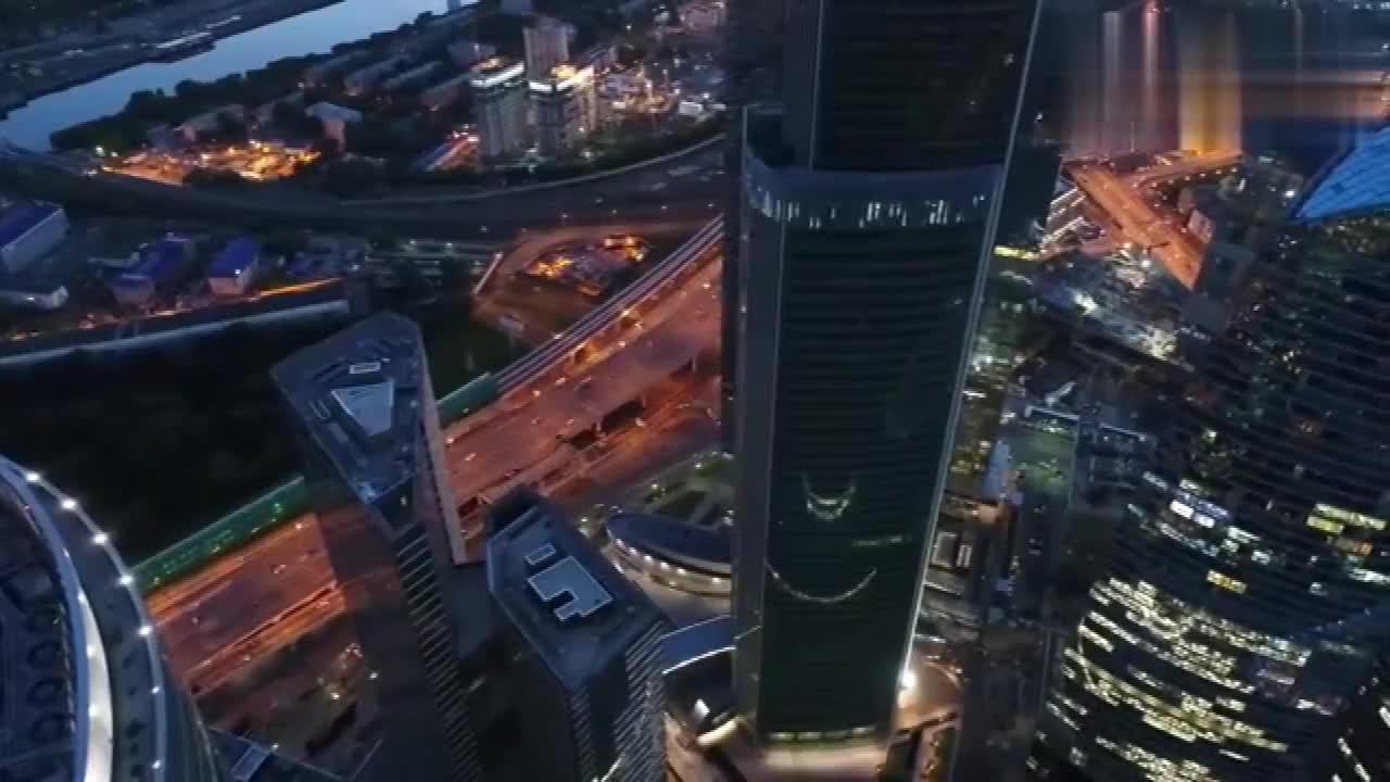 航拍俄罗斯莫斯科商业中心,灯火璀璨,网友:在国内算几线城市?
