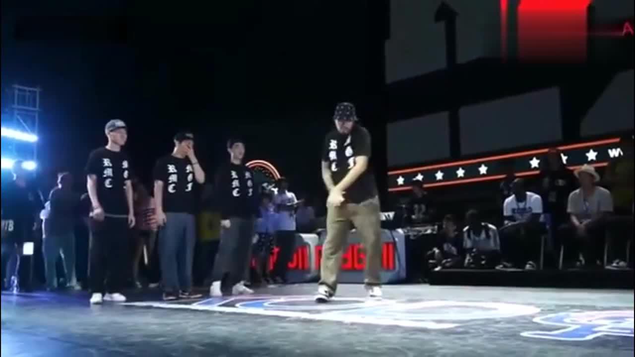 街舞比赛中国队vs韩国队,杨文昊、黄景行、石头的一段齐舞,超帅