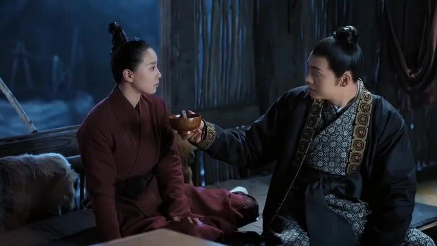 凌王从梁军手中救出卿尘,才知误会她,两人生死同命不得不在一起