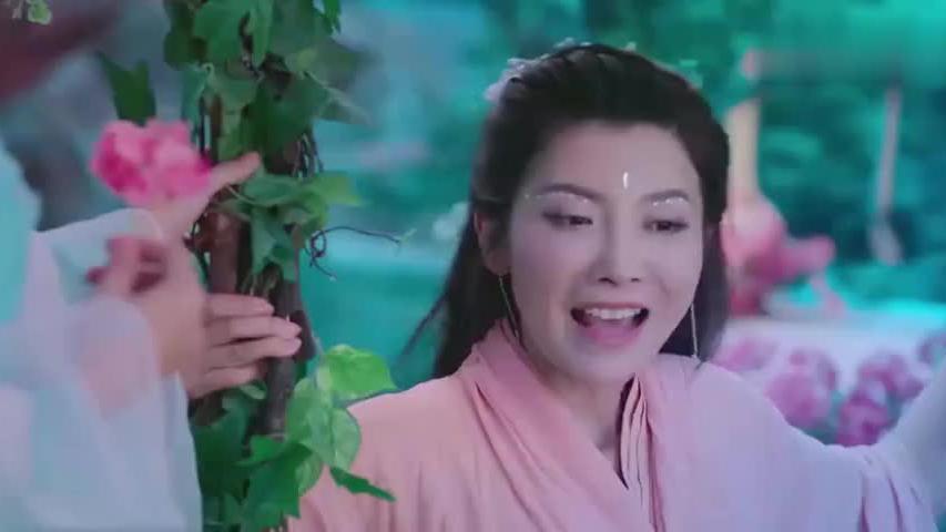 美女在花园里面荡秋千,就在她要摔倒的时候,帅哥突然出场救了她