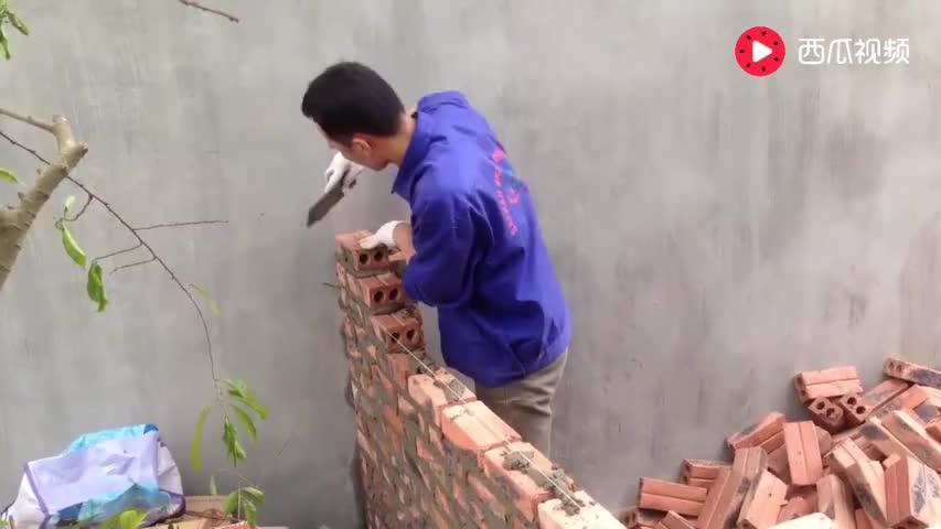 实拍越南农村小伙砌砖的过程,这技术来国内能拿5000工资吗