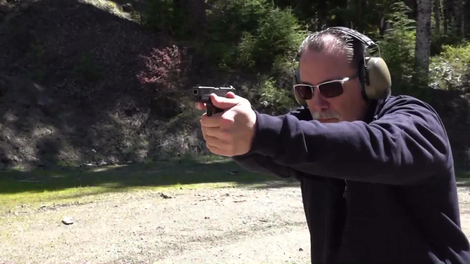 9mm口径半自动手枪,握在手上刚刚合适,户外靶场射击测试