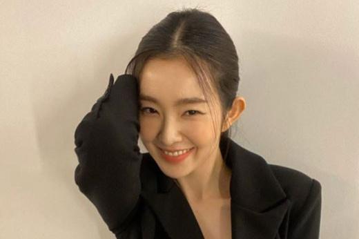 韩国女团RedVelvet成员Irene社交网站发照秀出众美貌