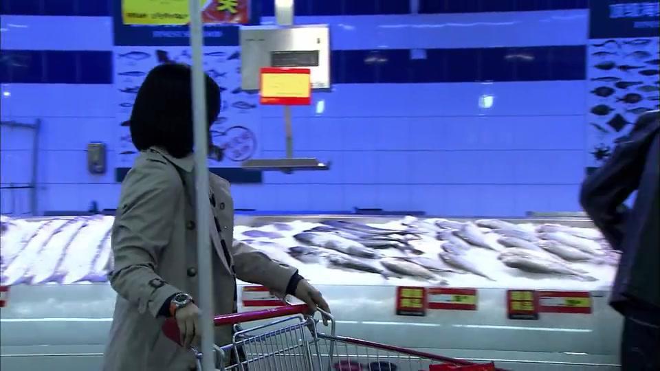 妻子和男邻居在超市邂逅,两人互相交换了电话,内心好激动