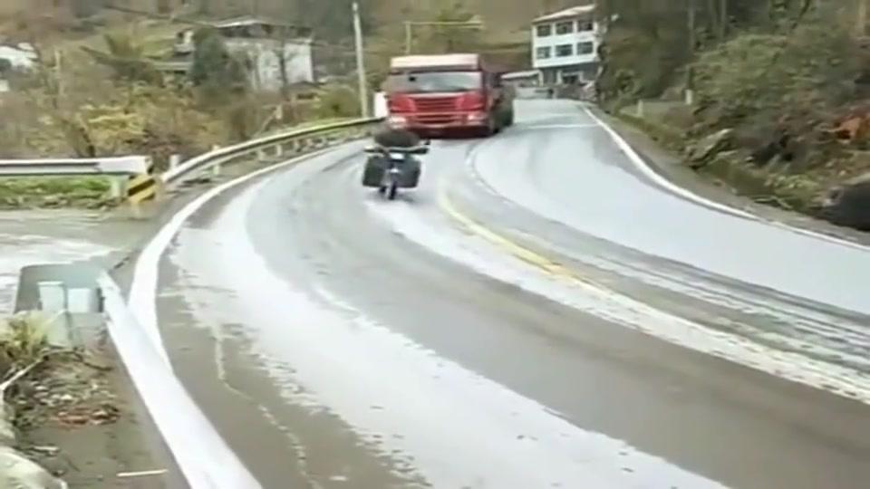 路面结冰了下坡,货车司机抓紧踩刹车,看摩托车的做法是真服了!