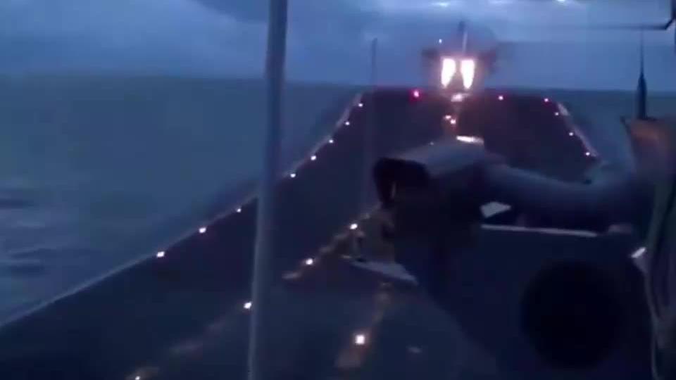 印度的米格29KR舰载机航母起飞,屁股喷火了