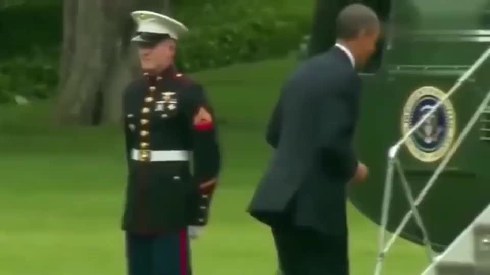 奥巴马当美国总统时,上飞机忘记给士兵敬礼,再下飞机回去安慰