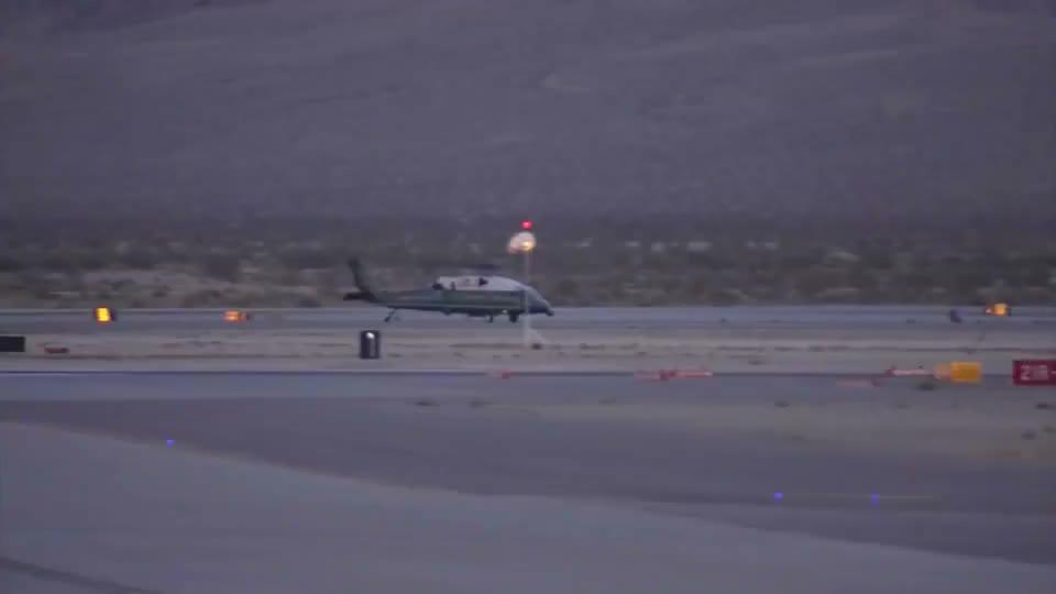 奥巴马乘坐直升机,连个台阶都没有,万一脚滑可咋整?
