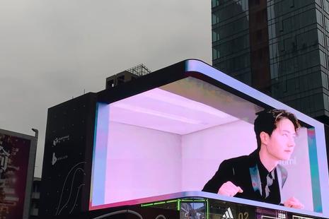 王一博Redmi K40广告上线成都春熙路裸眼3D大屏,众人驻足观看!