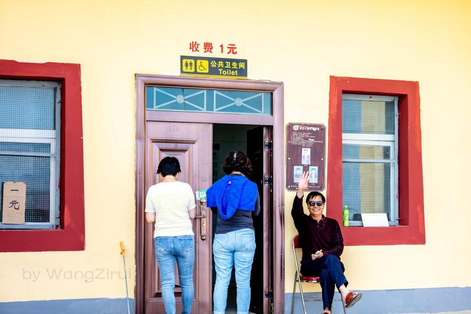 """青海湖景区:1192万元建厕所缓解游客""""如厕难"""",每人收费一元"""