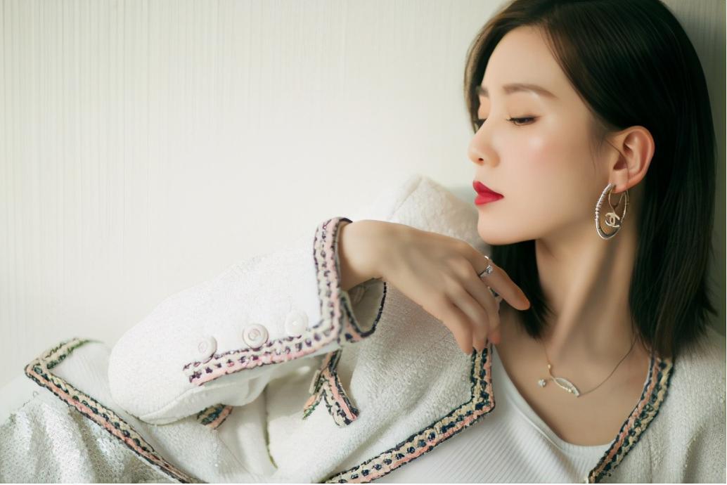 """刘诗诗产后现身,穿""""小香风""""套装优雅有魅力,看不出是孩子的妈"""