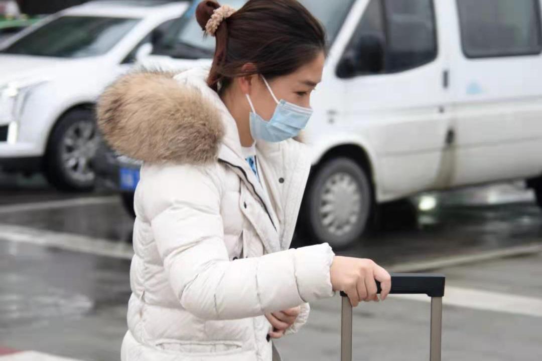 刘诗雯回到成都,球迷冒雨接机拍照,她是国乒吉祥物,商业价值大