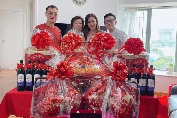 恭喜!28岁TVB人气女星下月出嫁,男友过大礼豪送5对巨型龙凤镯