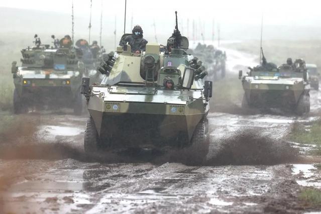 80集团军王牌旅战场机动能力惊人!一昼夜可冒雨穿越600里沼泽