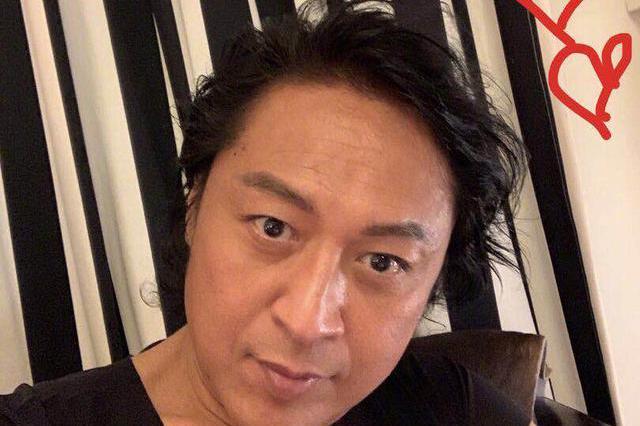 前琼瑶小生马景涛晒自拍让网友打分,照片被打零分被批厚嘴唇消失