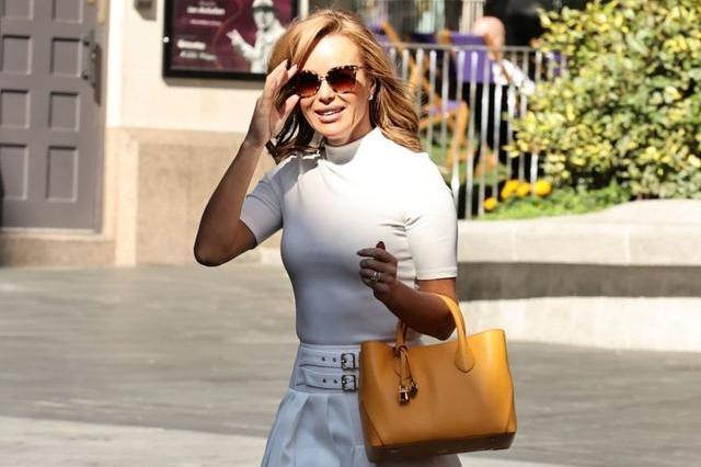 阿曼达·霍尔顿一身白净装扮清新减龄,提黄包包戴墨镜时尚大气!