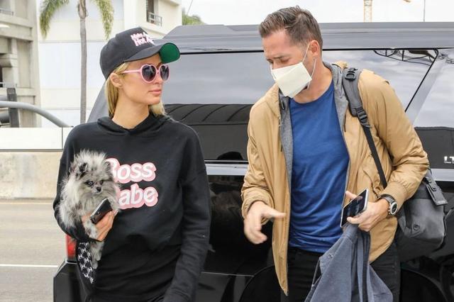 帕丽斯·希尔顿和男友前往机场,网友:她很有豪门大小姐风范!