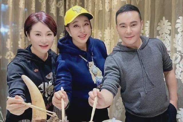 65岁刘晓庆参加毛戈平家宴,脖上玉葫芦酒杯大,腕上镯子腰带宽