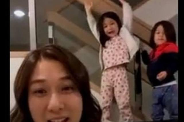钟嘉欣37岁生日开心收女儿礼物 开直播一对子女乱入显得很兴奋