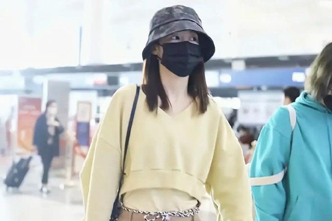 李沁好喜欢彩色单品,鹅黄色卫衣清新明媚,樱花粉衬衫甜美知性