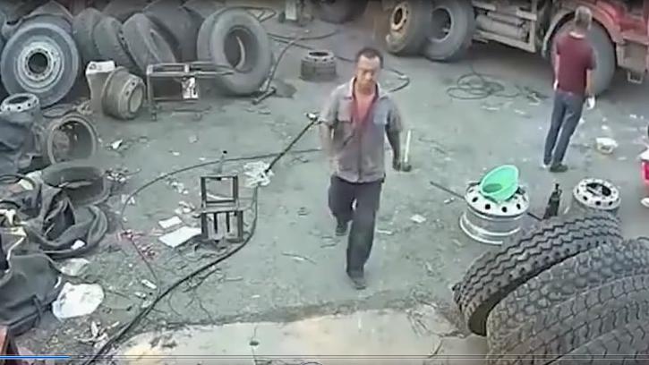 修车师傅进屋喝水,身后一声响传来,悲剧发生