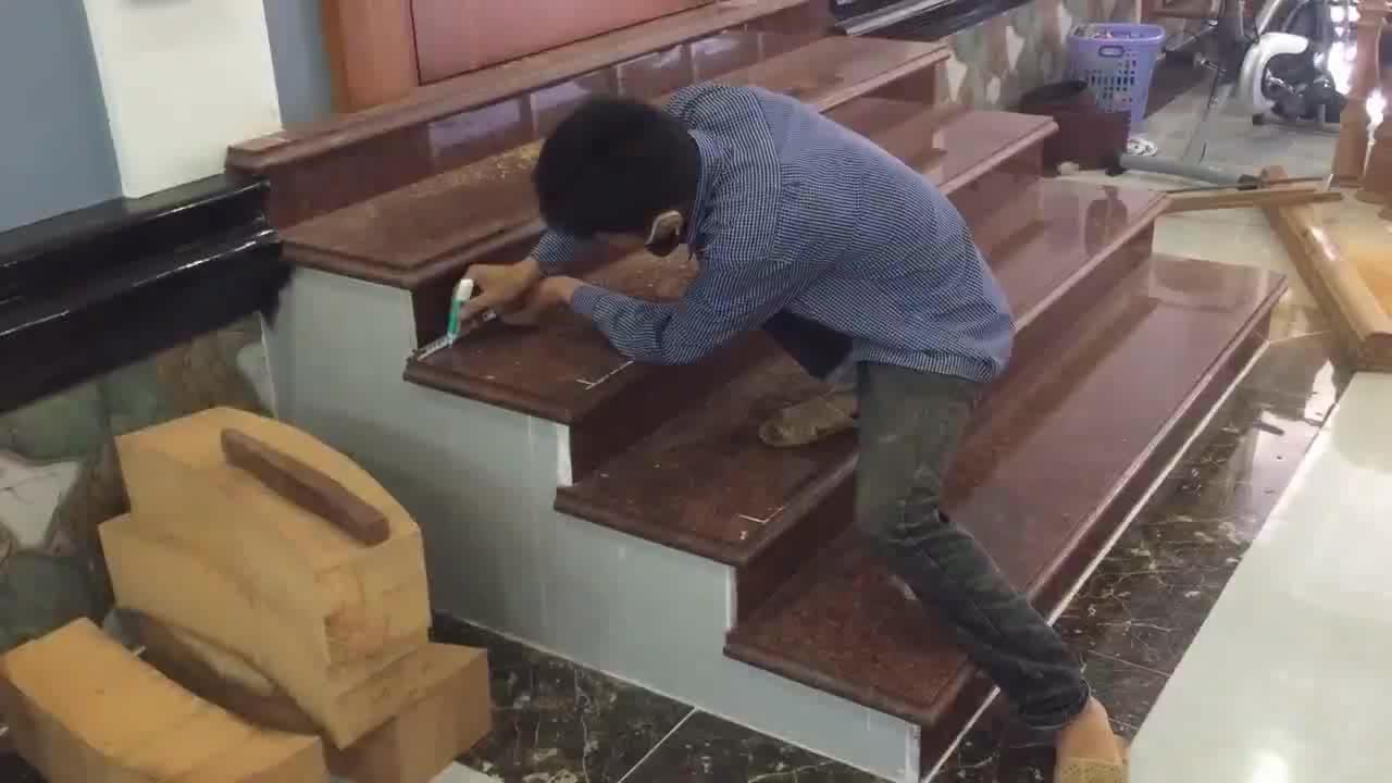 实木楼梯扶手安装过程,这种操作方法,成本应该很高吧