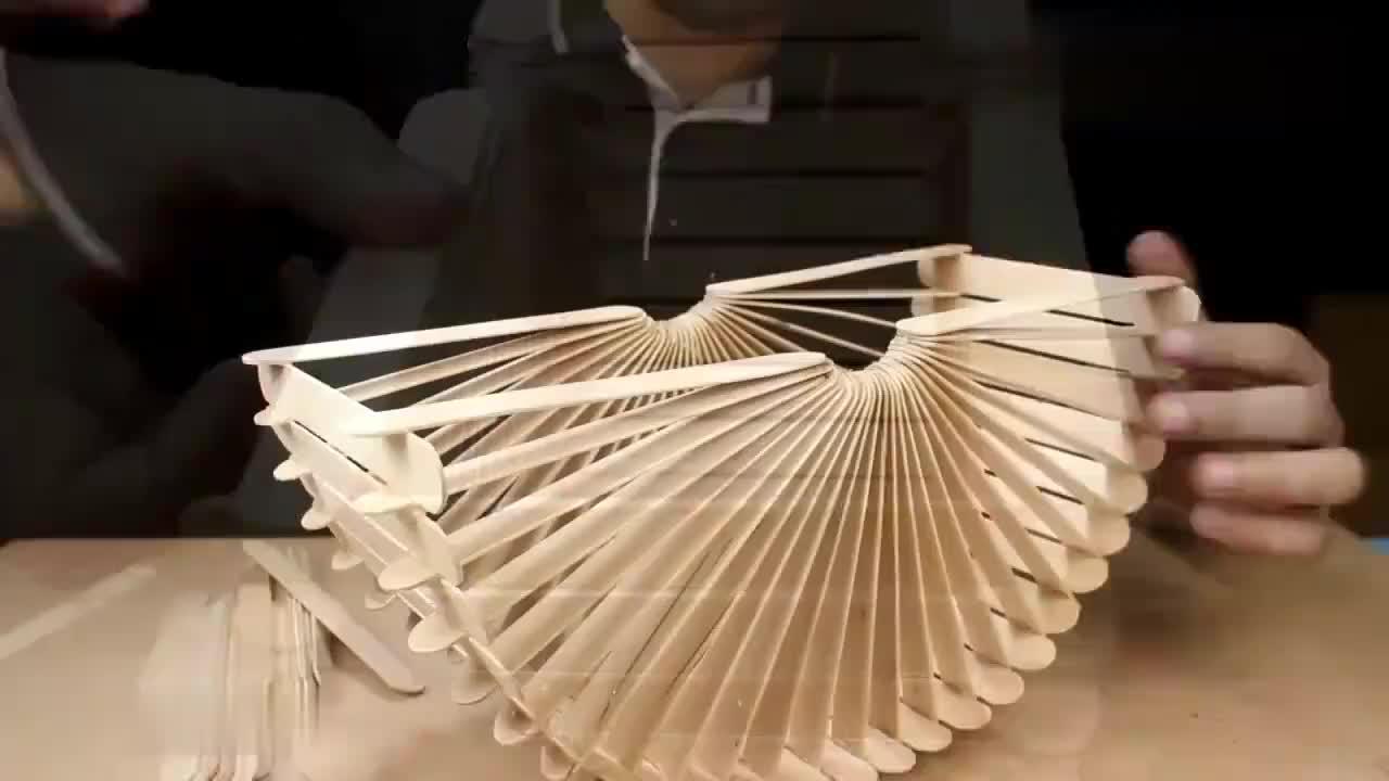 男子用冰棒棍DIY了一个作品,打开开关后,真是太漂亮了!