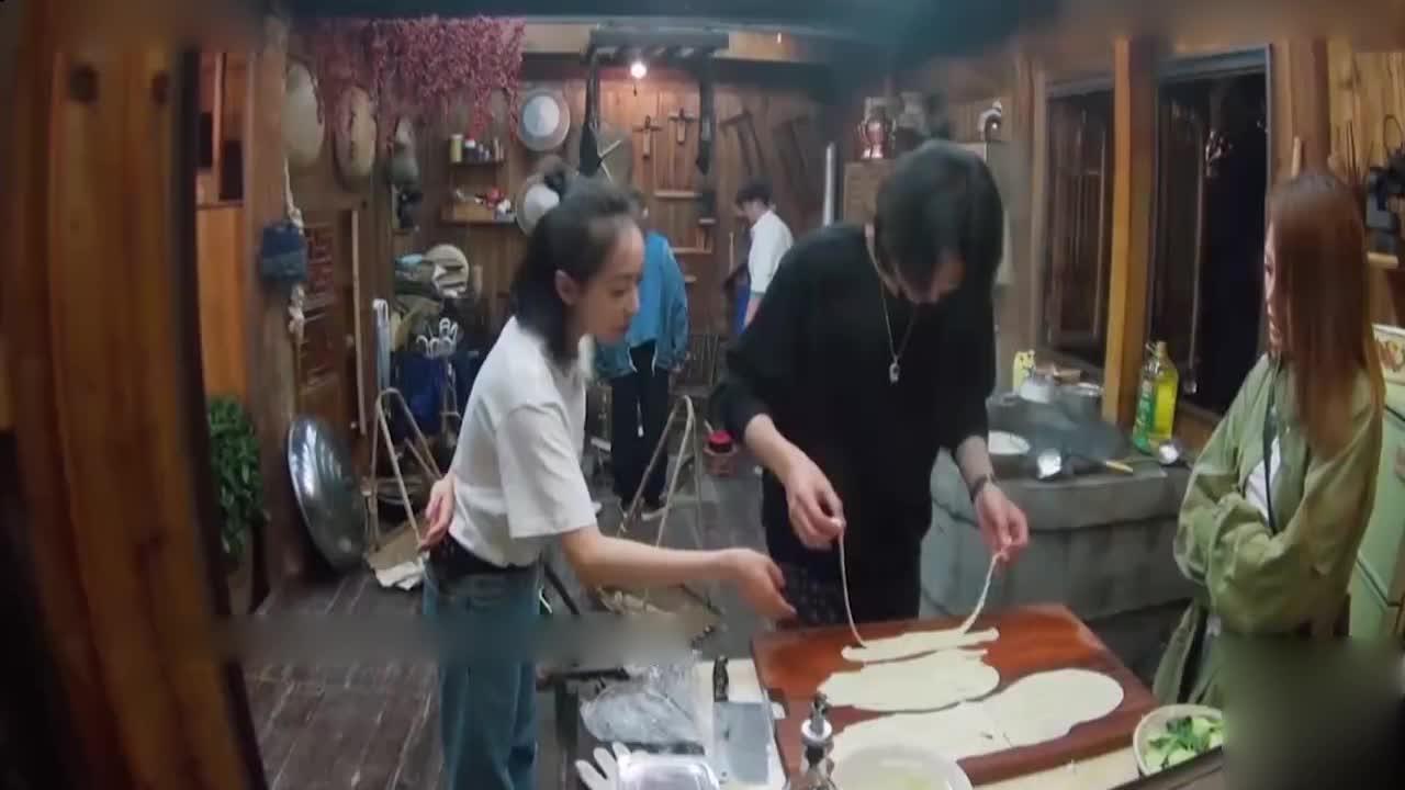 黄磊做的锅贴,容祖儿馋得在一旁等不及了