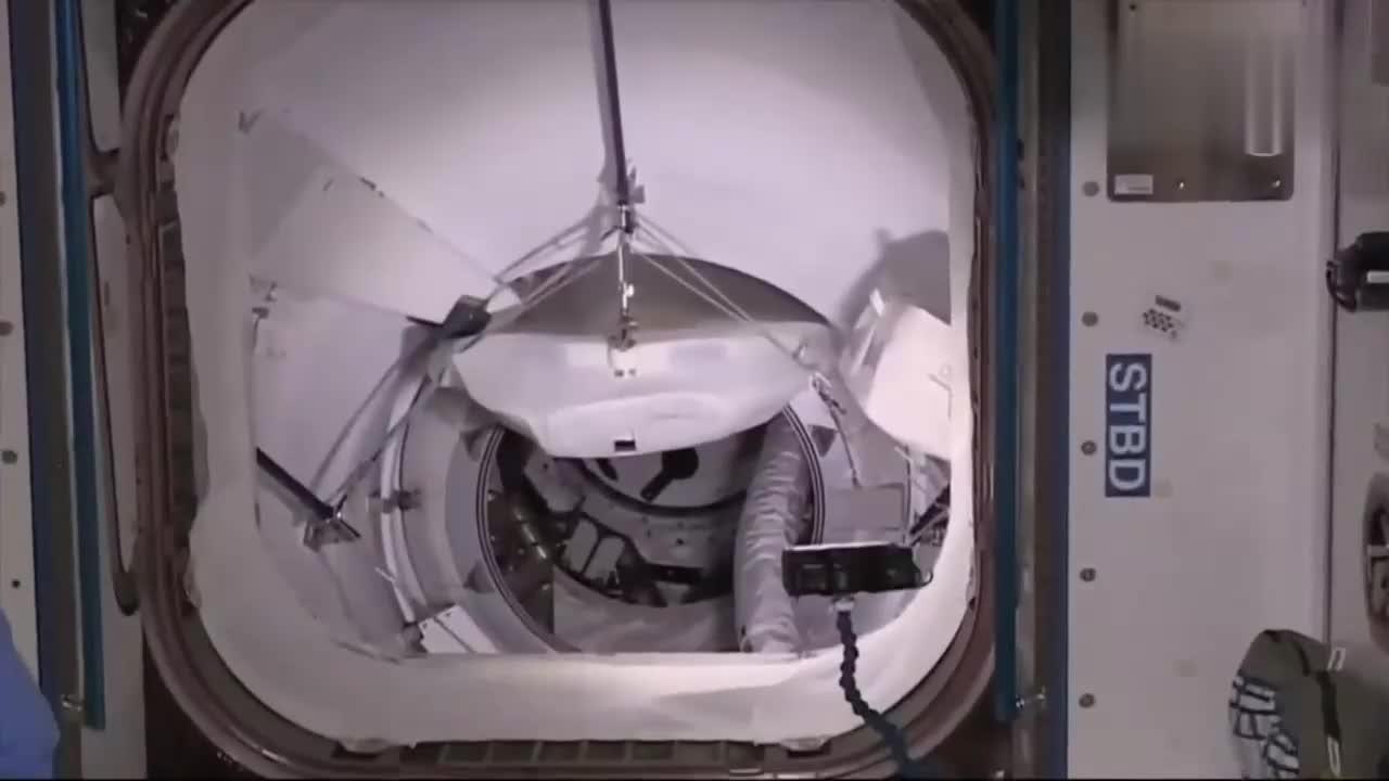 国际空间站宇航员进入载人龙飞船舱内
