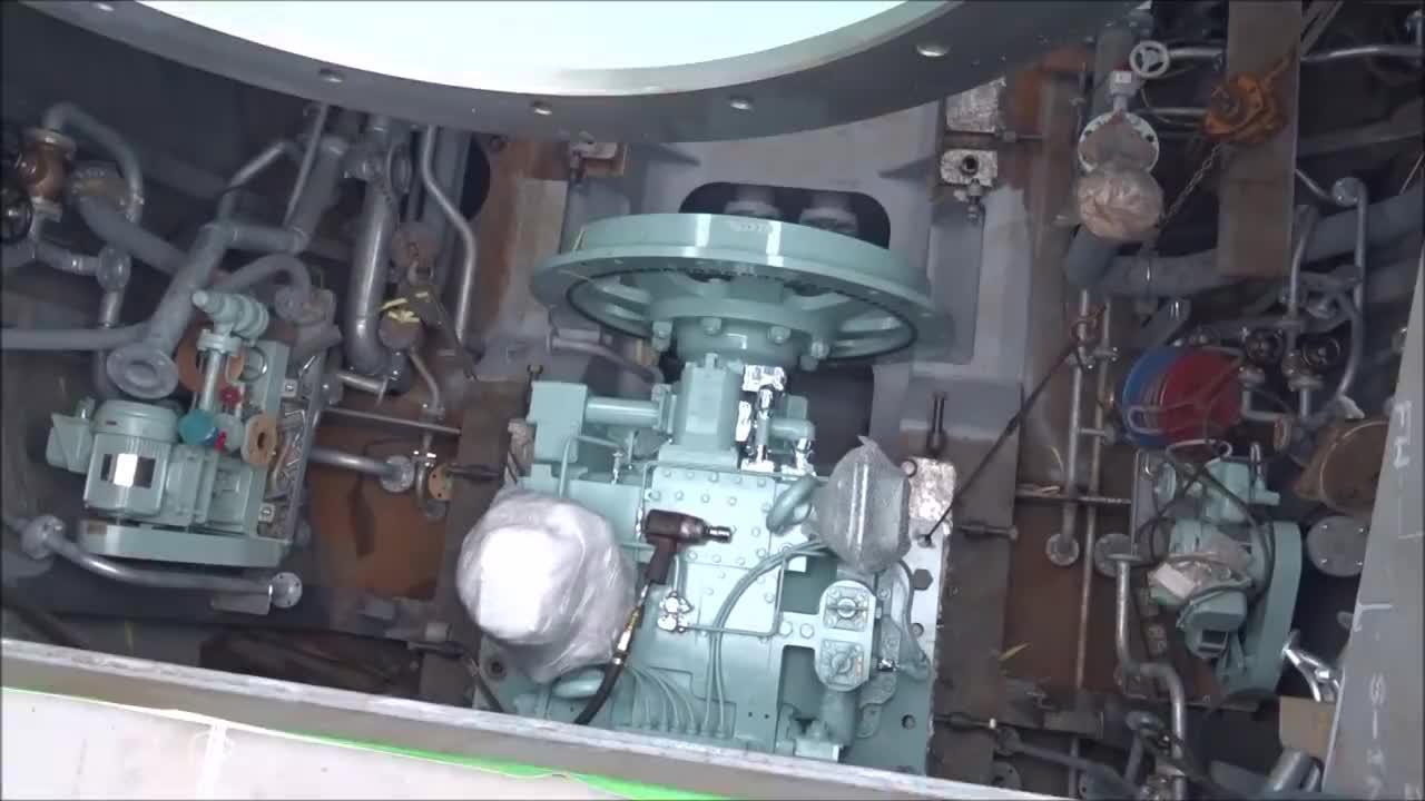 造船厂实拍,轮船发动机安装过程,这才叫油老虎
