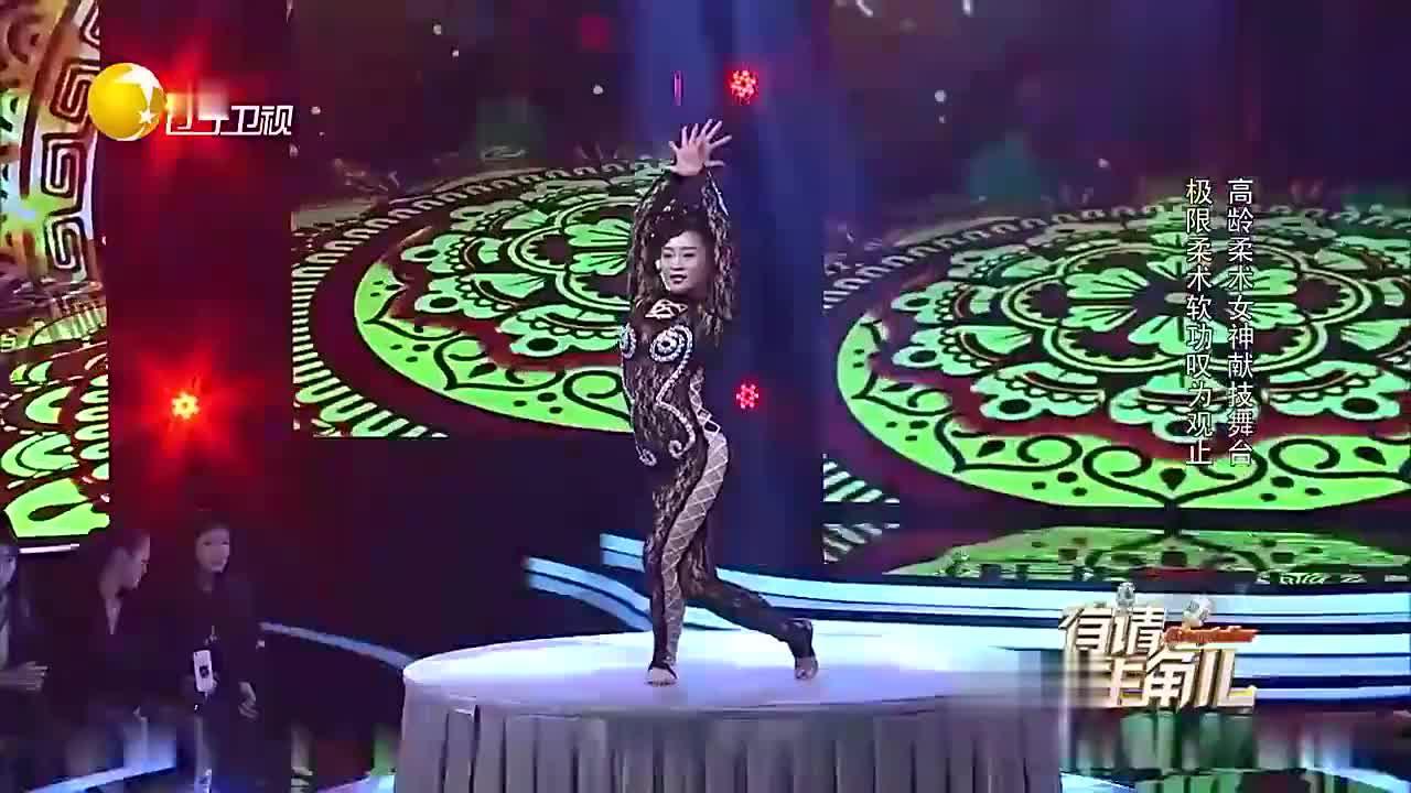 高龄柔术女演员展示各种造型,大长腿能完成惊人动作,掌声雷动